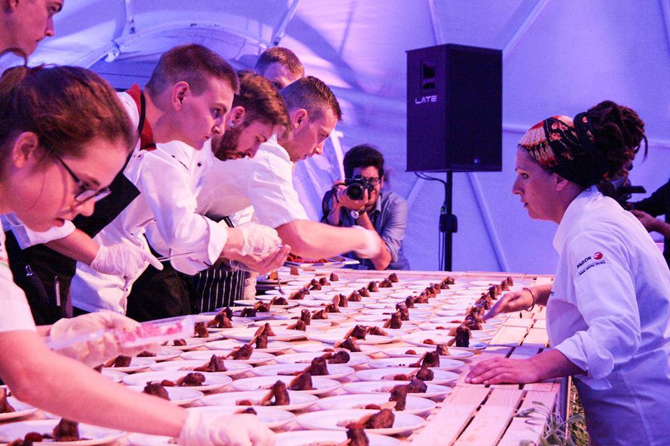 Marcin przy serwisie podczas Kina Kulinarnego na festiwalu Transatlantyk.